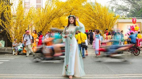 Hoa hậu Du lịch Tường Vy rạng ngời dạo phố ông đồ ảnh 4