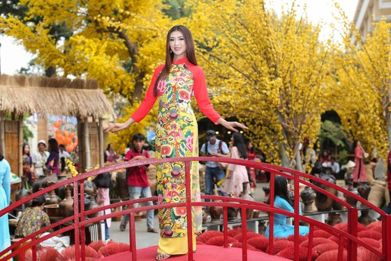 Hoa hậu Du lịch Tường Vy rạng ngời dạo phố ông đồ ảnh 2