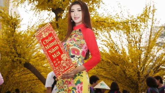 Hoa hậu Du lịch Tường Vy rạng ngời dạo phố ông đồ ảnh 1