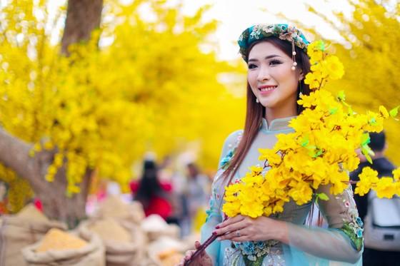 Hoa hậu Du lịch Tường Vy rạng ngời dạo phố ông đồ ảnh 7