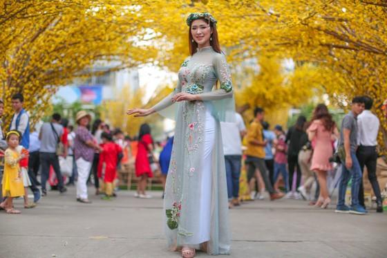 Hoa hậu Du lịch Tường Vy rạng ngời dạo phố ông đồ ảnh 5