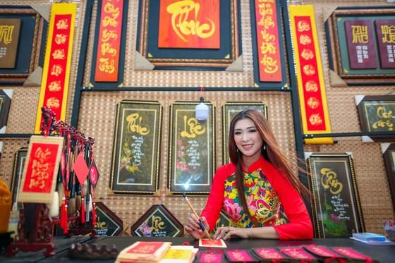 Hoa hậu Du lịch Tường Vy rạng ngời dạo phố ông đồ ảnh 11