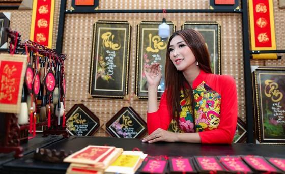 Hoa hậu Du lịch Tường Vy rạng ngời dạo phố ông đồ ảnh 12