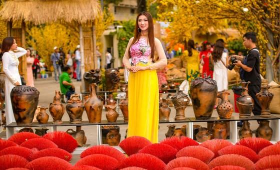 Hoa hậu Du lịch Tường Vy rạng ngời dạo phố ông đồ ảnh 10