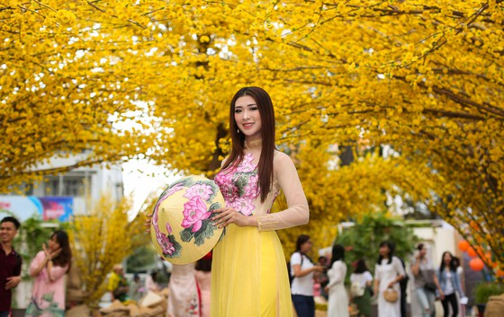 Hoa hậu Du lịch Tường Vy rạng ngời dạo phố ông đồ ảnh 9