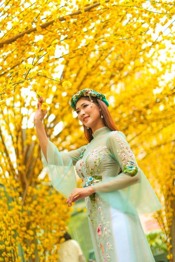 Hoa hậu Du lịch Tường Vy rạng ngời dạo phố ông đồ ảnh 6