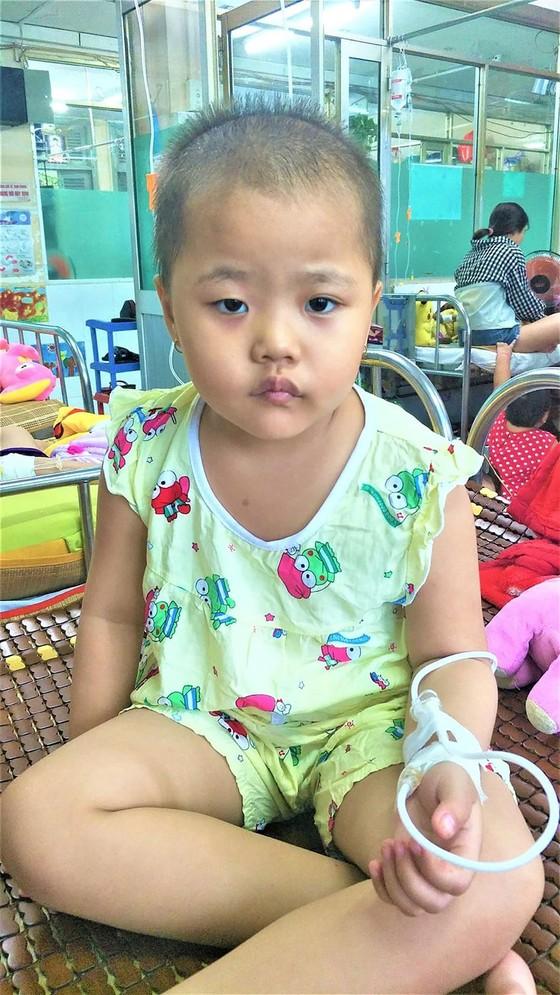Bé gái hộ nghèo bệnh ung thư máu ảnh 1