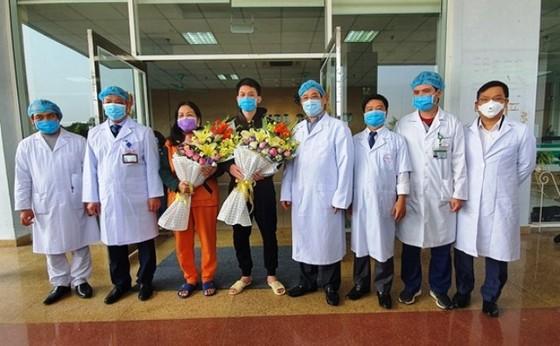 2 bệnh nhân nhiễm Covid-19 cuối cùng ở Bệnh viện Bệnh Nhiệt đới Trung ương xuất viện ảnh 1