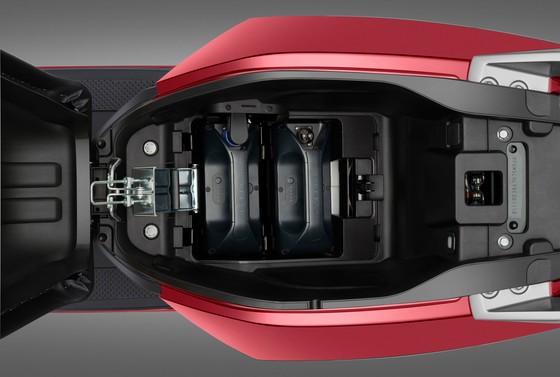 Vinfast bổ sung bộ sạc pin rời cho 3 dòng xe máy điện ảnh 2