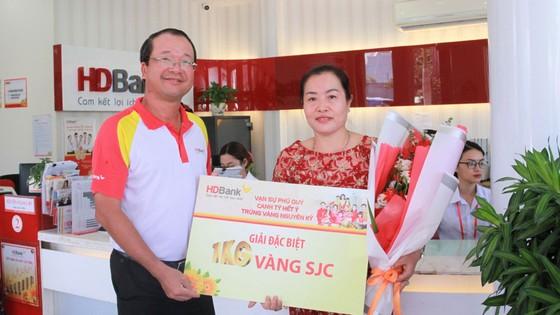 Trao giải thưởng 1kg vàng cho khách hàng HDBANK ảnh 1