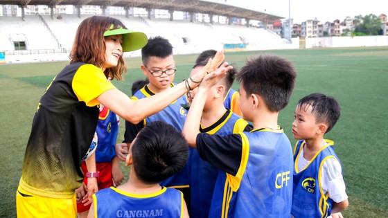 Quả bóng vàng nữ Việt Nam 2008 Ngọc Châm  luôn đồng hành cùng các học trò ở Trung tâm CFF. Ảnh: P.NGUYỄN