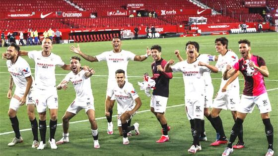 Các cầu thủ Sevilla giành chiến thắng  trong trận đấu sớm nhất của La Liga ngày trở lại