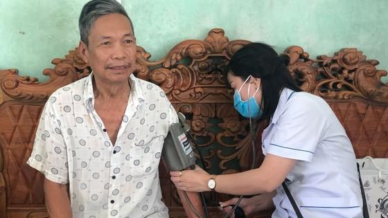 Khám chữa bệnh, tặng quà cho gia đình chính sách tại Lâm Đồng ảnh 1