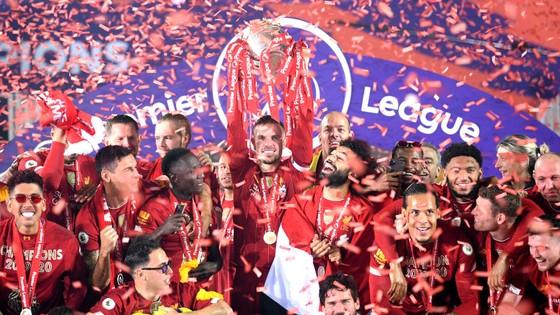 Liverpool đã nâng cúp vô địch nhưng tính hấp dẫn vẫn còn ở vòng đấu đầu