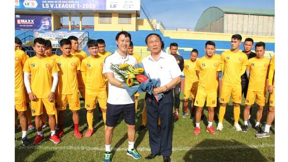 Ông bầu Nguyễn Văn Đệ chào đón HLV Nguyễn Thành Công về dẫn dắt CLB Thanh Hóa ở mùa bóng 2020. Ảnh: PHƯƠNG MINH