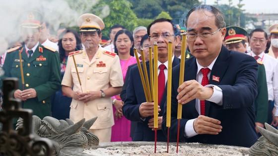 Đoàn đại biểu dự Đại hội đại biểu Đảng bộ TPHCM lần thứ XI dâng hương các Anh hùng Liệt sĩ, tưởng nhớ Chủ tịch Hồ Chí Minh  ảnh 2