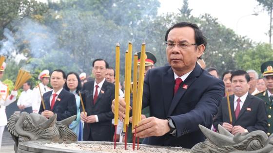 Đoàn đại biểu dự Đại hội đại biểu Đảng bộ TPHCM lần thứ XI dâng hương các Anh hùng Liệt sĩ, tưởng nhớ Chủ tịch Hồ Chí Minh  ảnh 3