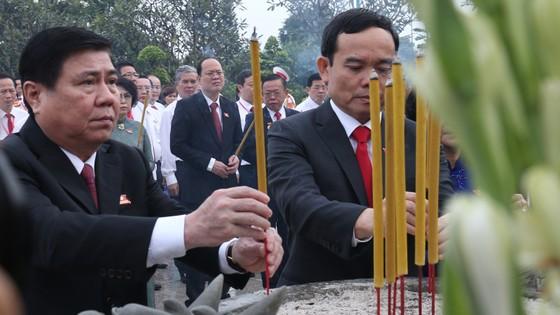 Đoàn đại biểu dự Đại hội đại biểu Đảng bộ TPHCM lần thứ XI dâng hương các Anh hùng Liệt sĩ, tưởng nhớ Chủ tịch Hồ Chí Minh  ảnh 4