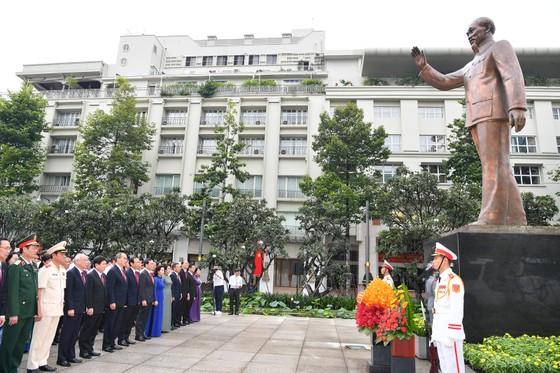 Đoàn đại biểu dự Đại hội đại biểu Đảng bộ TPHCM lần thứ XI dâng hương các Anh hùng Liệt sĩ, tưởng nhớ Chủ tịch Hồ Chí Minh  ảnh 6