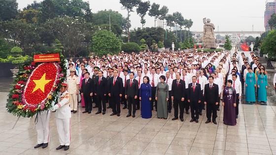 Đoàn đại biểu dự Đại hội đại biểu Đảng bộ TPHCM lần thứ XI dâng hương các Anh hùng Liệt sĩ, tưởng nhớ Chủ tịch Hồ Chí Minh  ảnh 1