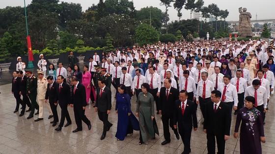 Đoàn đại biểu dự Đại hội đại biểu Đảng bộ TPHCM lần thứ XI dâng hương các Anh hùng Liệt sĩ, tưởng nhớ Chủ tịch Hồ Chí Minh  ảnh 8