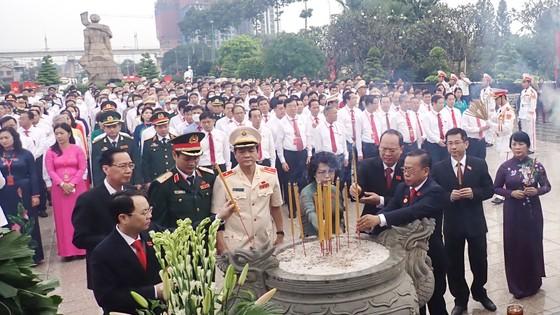 Đoàn đại biểu dự Đại hội đại biểu Đảng bộ TPHCM lần thứ XI dâng hương các Anh hùng Liệt sĩ, tưởng nhớ Chủ tịch Hồ Chí Minh  ảnh 5