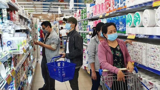 Đầu tuần đông kín khách hàng săn ưu đãi tại siêu thị Co.opmart ảnh 1
