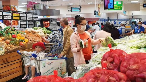 Đầu tuần đông kín khách hàng săn ưu đãi tại siêu thị Co.opmart ảnh 2