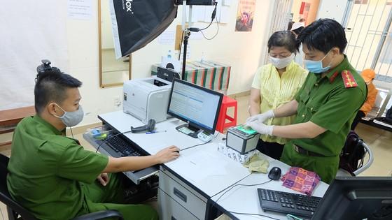 Công an quận 1 tiếp nhận, xử lý hồ sơ đề nghị cấp CCCD của người dân tại địa chỉ 82A Nguyễn Thái Học. Ảnh: THU HƯỜNG