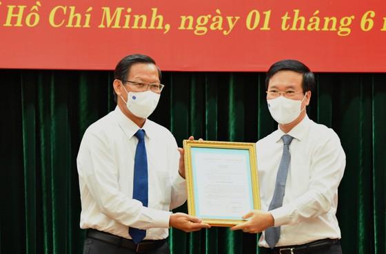 Thường trực Ban Bí Thư Võ Văn Thưởng trao quyết định cho đồng chí Phan Văn Mãi. Ảnh: VIỆT DŨNG