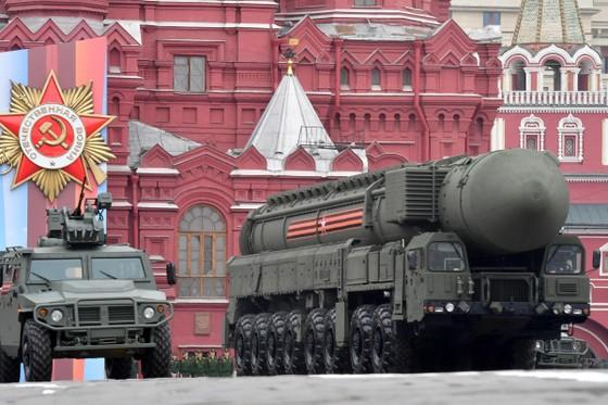 Tên lửa đạn đạo liên lục địa (ICBM) RS-24 được phát triển dựa trên công nghệ của dòng ICBM di động RS-21M2 Topol-M. RS-24 có khả năng mang theo 4 đầu đạn hạt nhân tự dẫn với sức công phá mỗi đầu đạn tương đương 300 Kilotone (300.000 tấn TNT). Ảnh: RIA.