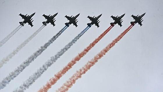 Phi đội cường kích Su-25 thả khói tạo thành quốc kỳ Nga trên bầu trời Moscow, kết thúc lễ duyệt binh. Ảnh: RIA Novosti.