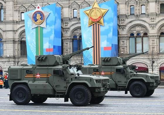 Tiếp theo là những chiếc xe bọc thép Typhon - vận chuyển tên lửa và binh lính trên chiến trường, hỗ trợ phục vụ nhiệm vụ khai hoả. Ảnh: Sputnik.