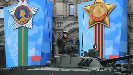Xe tăng T-14 Armata của Nga tại Quảng trường Đỏ. Siêu tăng này do công ty cơ khí Uralvagonzavod của Nga chế tạo, được trang bị pháo nòng trơn 2A82-1M cỡ 125 mm, gồm các radar và hệ thống phòng thủ, có khả năng phát hiện và tiêu diệt các tên lửa dẫn đường, súng chống tăng. Ảnh: Sputnik.