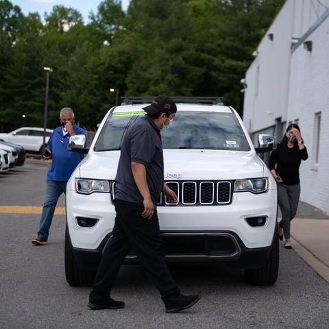 Giá ôtô tăng vọt vì thiếu chip, khách hàng Mỹ giành giật mua ảnh 1