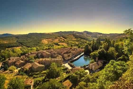 Một trong những ngôi làng đẹp nhất Italy tặng hàng chục nghìn euro cho người nước ngoài đến sinh sống và làm việc - Ảnh 2.