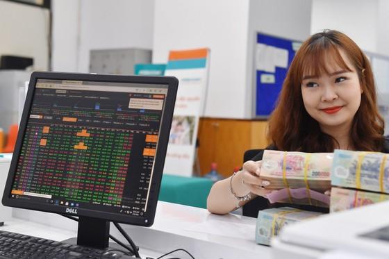 Tiền đổ vào chứng khoán có khiến thị trường tạo bong bóng? ảnh 1