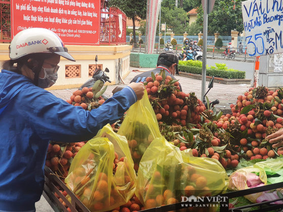 Người dân nhích từng chút tại chợ TPHCM để mua đồ, cúng Tết Đoan ngọ sớm ảnh 1