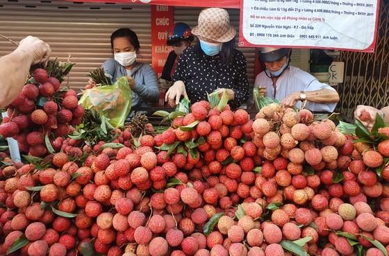 Giá hoa tười, bánh ú nước tro tăng mạnh ngày Tết Đoan ngọ ảnh 1