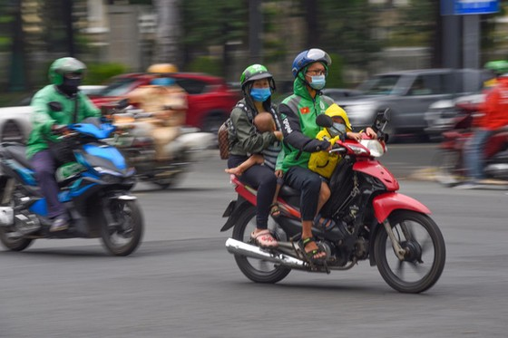 TPHCM ngưng các chợ tự phát, dừng toàn bộ xe công nghệ, taxi, buýt ảnh 1