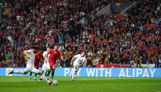 Các doanh nghiệp Trung Quốc đua nhau tài trợ bóng đá ảnh 1