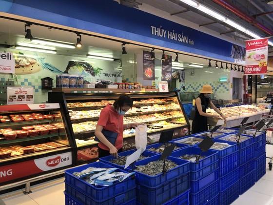 TPHCM: Hàng hóa vẫn dồi dào, giá ổn định nhưng người dân đi chợ vất vả hơn ảnh 1