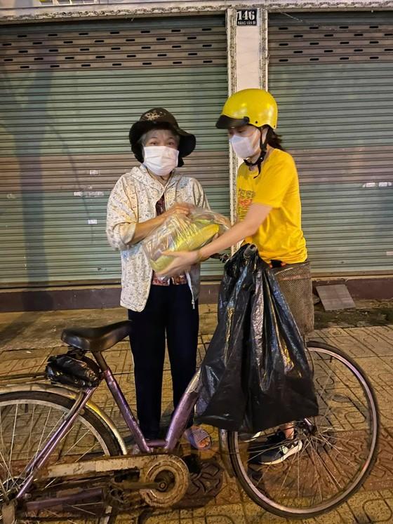 'Chợ Lạc Xoong' ngày đêm cứu trợ người nghèo TPHCM trong dịch ảnh 2