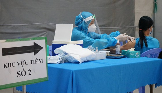 Người tiêm vaccine Covid-19 mũi 1 là  AstraZeneca thì mũi 2 chỉ được tiêm AstraZeneca hoặc Pfize ảnh 1