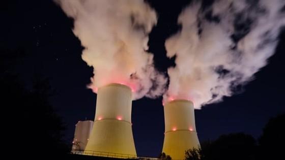 Hơi nước bốc lên từ các tháp giải nhiệt của nhà máy điện Lippendorf ở phía nam Leipzig, Đức. Ảnh: Getty Images.