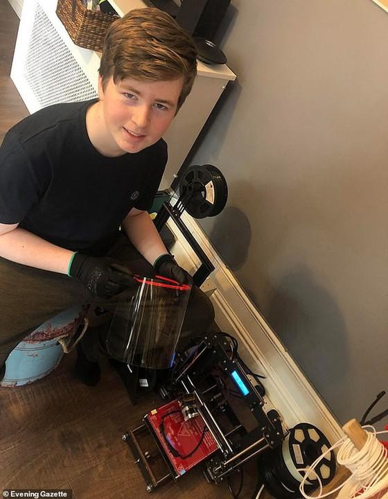 Tuổi trẻ tài cao: Thiếu niên 15 tuổi biến phòng ngủ thành nhà máy sản xuất mũ bảo hộ cho các y bác sĩ đang chống dịch Covid-19 - Ảnh 1.