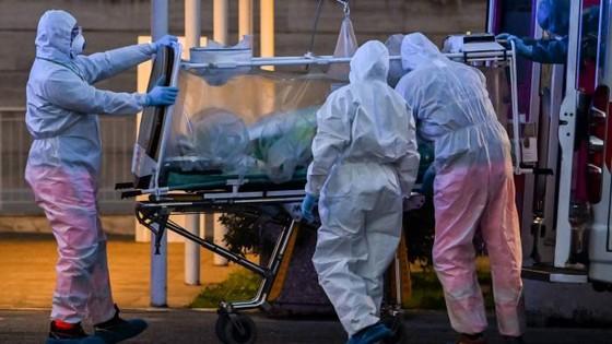 Đại dịch COVID-19 ngày 26/4: Số người chết trên thế giới vượt mốc 200.000 - 1