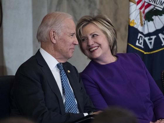 Ba Hillary ung ho ong Biden, doi tranh cu cua Tong thong Trump hoan hi hinh anh 1 Biden_1.jpg