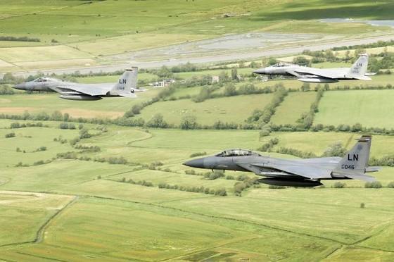 Máy bay F-15 của Không quân Mỹ rơi gần bờ biển nước Anh - 1
