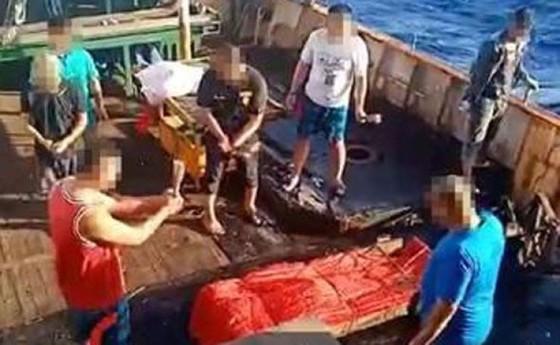 Indonesia chặn bắt tàu cá Trung Quốc, phát hiện thi thể đông lạnh - Ảnh 2.